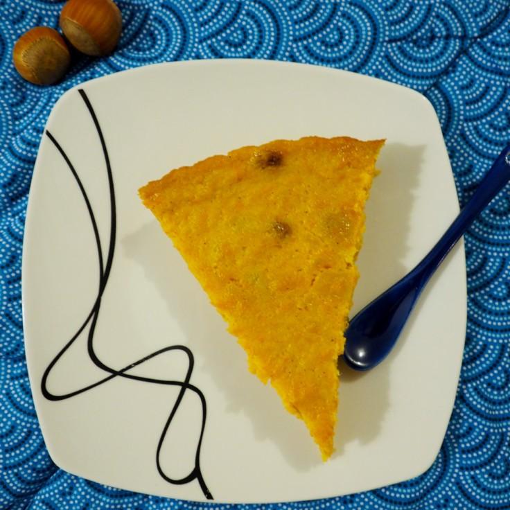 Part de tarte au potiron sur assiette carrée et nappe bleue