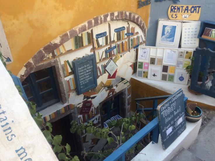 Entrée très décorée de la librairie Atlantis Book à Oia