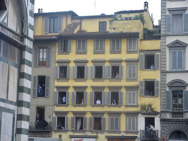 Italiens aux fenêtres pour voir l'explosion du charriot devant le Duomo à Florence.