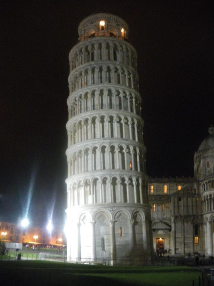 La tour de Pise la nuit
