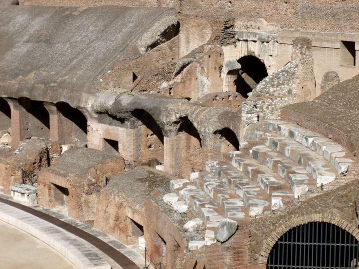 Détail des gradins à l'intérieur du Colisée de Rome