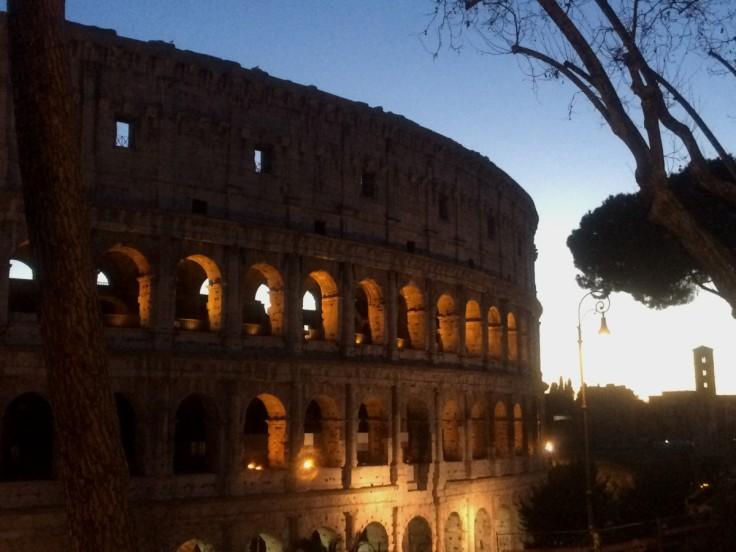 Le Colisée de l'extérieur à l'heure bleue