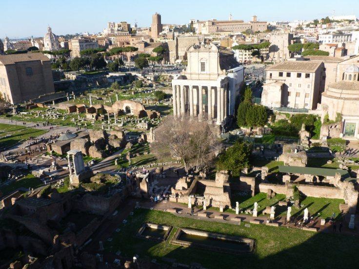 Vue sur le forum romain depuis les hauteurs, de jour, on voit les ombres portées d'un alignement de colonnes blanches