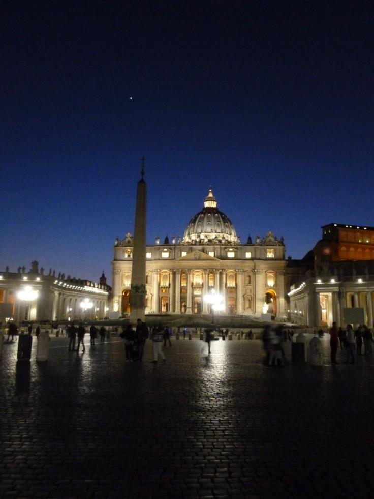 Basilique Saint-Pierre de Rome, de nuit, une étoile brille dans le ciel.
