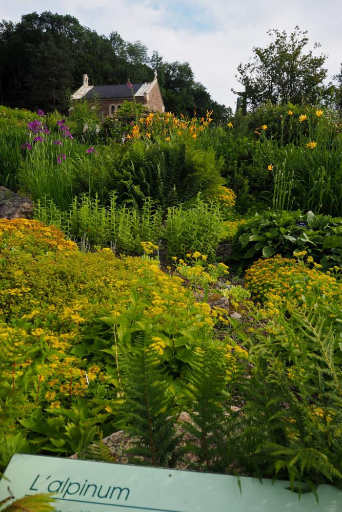 Vue vers la chapelle au sommet de l'alpinum du jardin botanique de Nancy