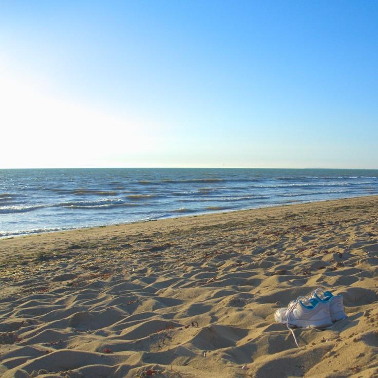 Baskets à la plage regardant vers l'océan